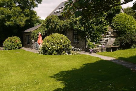 A beautiful comfortable cottage set in grounds of a former Hunting Lodge. Stunning sea views from the garden. Ideal for families and activities like walking, cycling, horse riding, fishing. Ten minutes drive to Schull. See also our Chalet - 4756469