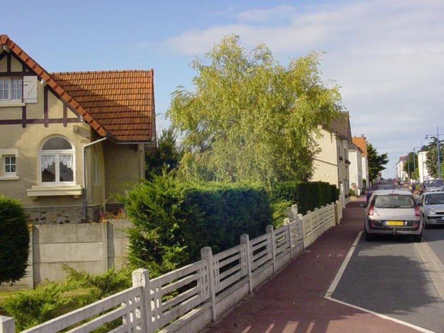 La maison à gauche et la mer au bout de la rue