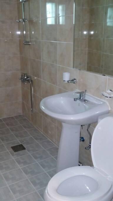 각방마다 깨끗한 새 화장실이 딸려 있습니다.