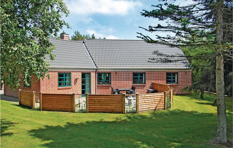 Holiday cottage with 3 bedrooms on 140 m² in Oksbøl