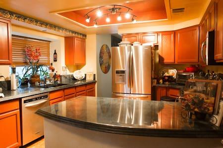 Cozy inviting home in Summerlin - ลาสเวกัส - ที่พักพร้อมอาหารเช้า