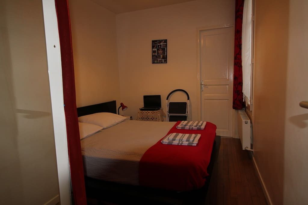Chambre (grand lit) /bedroom (bed for 2 adults)