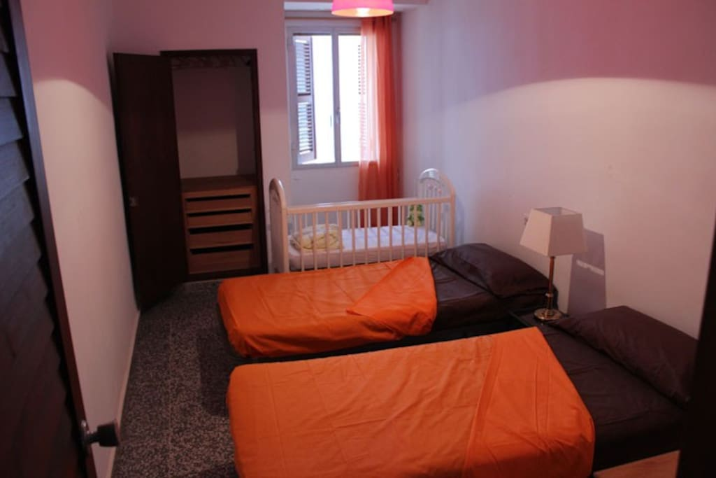 Slaapkamer met 2 enkele bedden met zicht op zee