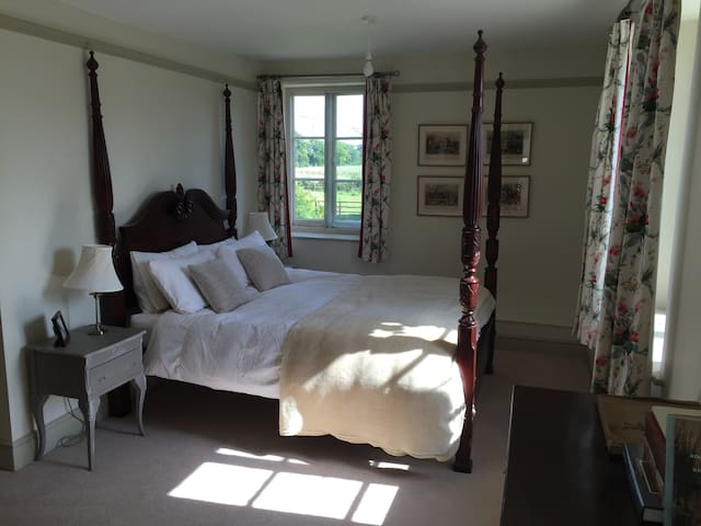 Four Poster ensuite room- large English Farm House - Southmoor