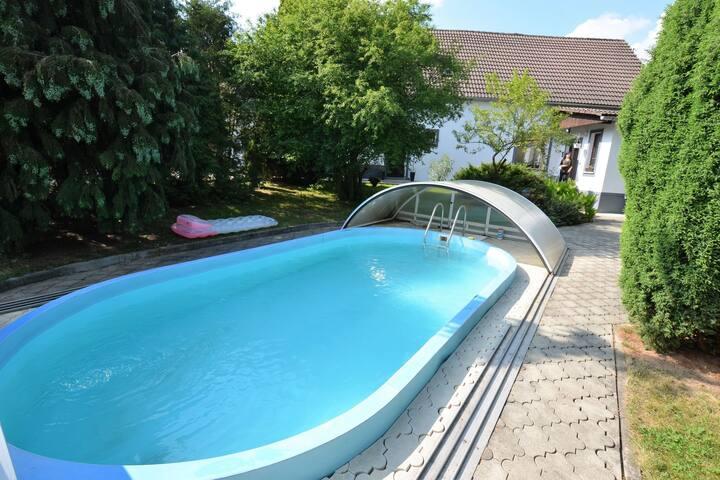 Schones Appartament mit  Pool im unzaunten Garten bei Marienbad /Mariánské Lázně