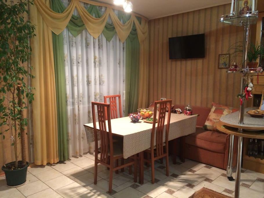 Большая столовая, совмещенная с кухней