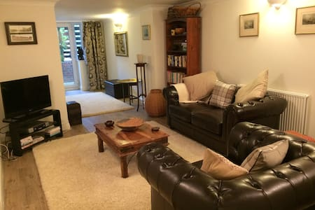 Spacious Guest Accommodation - East Molesey - Bed & Breakfast