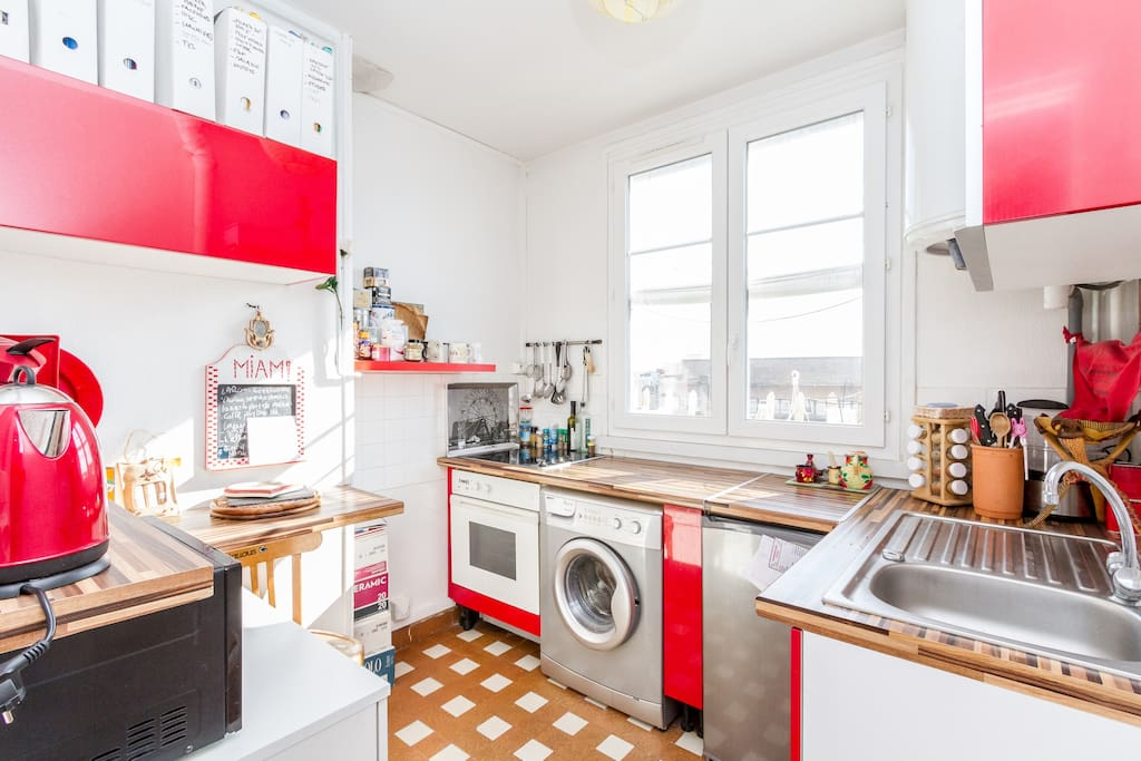 kitchen with all amenities and view on the Eiffel Tower :-) (washing machine, kettle, toaster, coffee machine, microwave, oven)