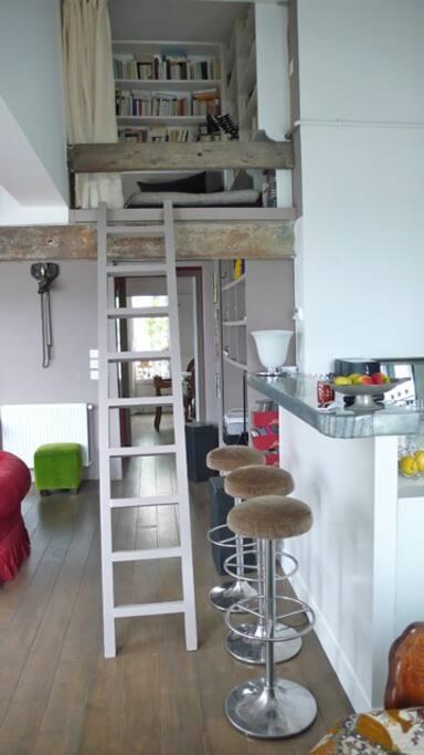 mezzanine pour une personne au dessus du salon.