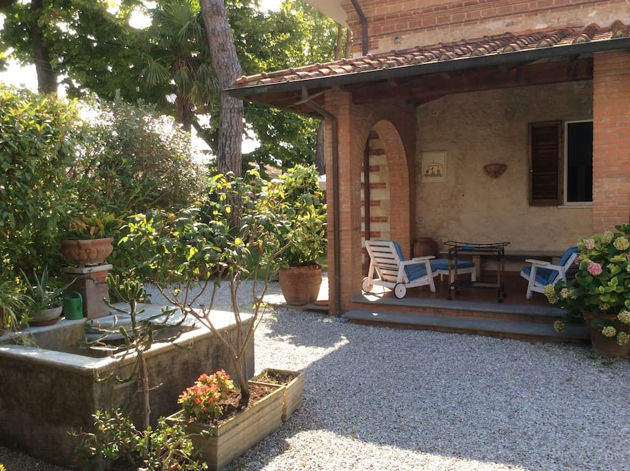 "The garden, the porch and the ancient ""pozza"""