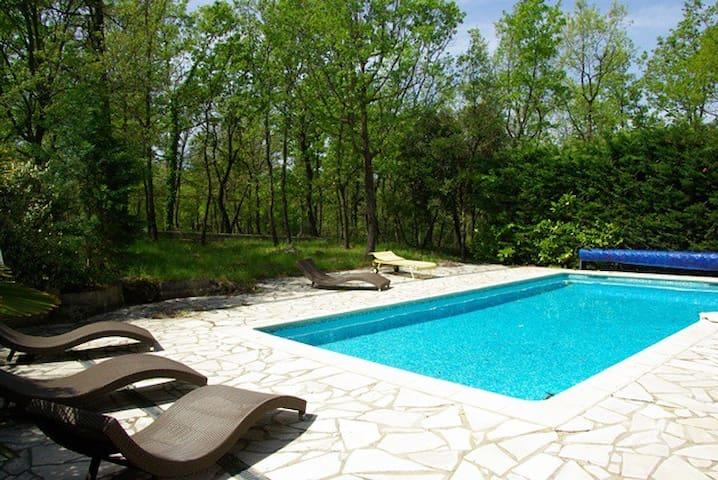 Plain pied avec piscine partagée - Saint-Paul-en-Forêt - อพาร์ทเมนท์