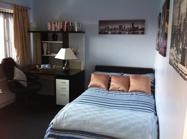 Lovely double bedroom in Farndon  - Farndon - House