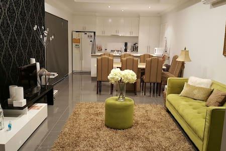 Trendy, Comfy 3 BD 2 bath Villa - Nollamara - บ้าน