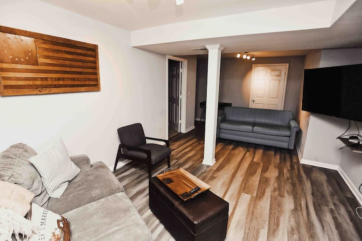 ✯ Roomy Walk-out Apt ✯ for Couples & Small Groups
