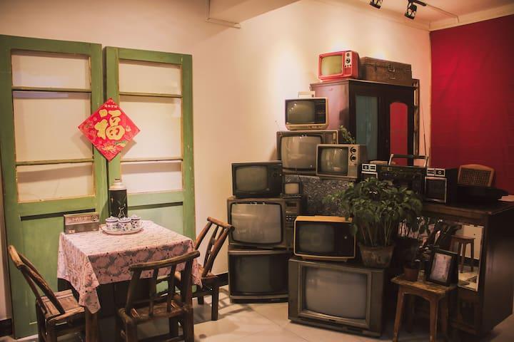 【可长租】花鸟市场旧物主题+小院+可住8人+大屏投影,距夷陵广场5分钟,长途汽车站后