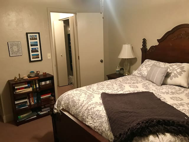 Private 1 bedroom w/ private bathroom in a 2/2 - Gainesville - Huoneisto