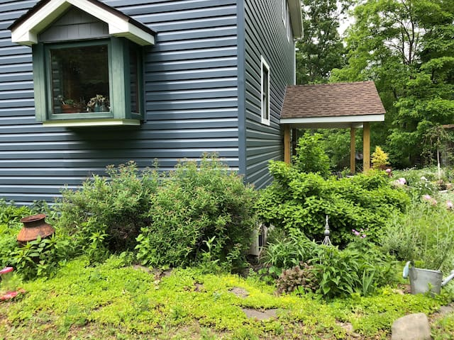 Saugerties Home with a Garden View