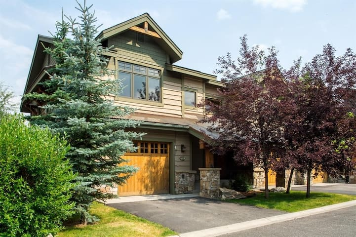 Stunning Mountain View Condo, steps to Town Center