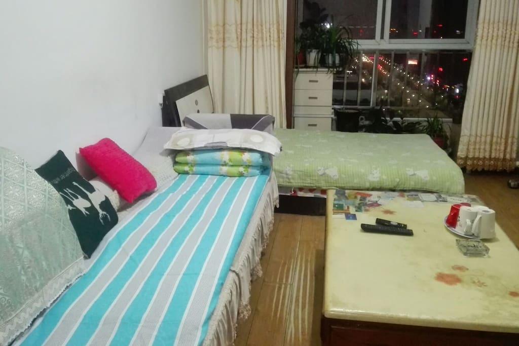 沙发(或床均可)