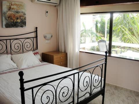 Habitación tranquila con terraza y un gran jardín.
