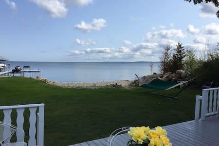 Sunshine's Bayshore Cottage - Waterfront Bliss!