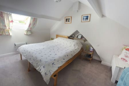 Twin/Double in airy loft room - Brigham