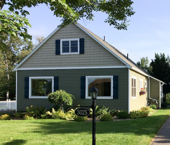 Antler Cottage - Steps away from Lake Superior