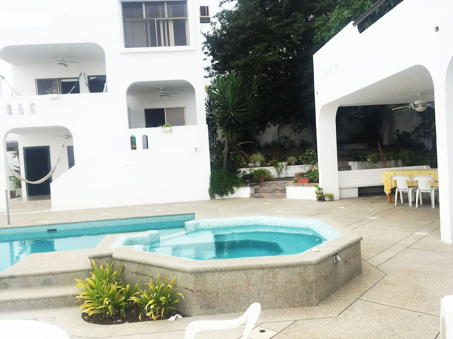 Casa junto al área de piscina