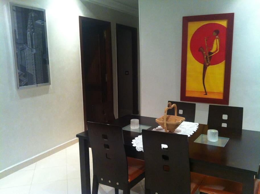 salle a manger et couloir