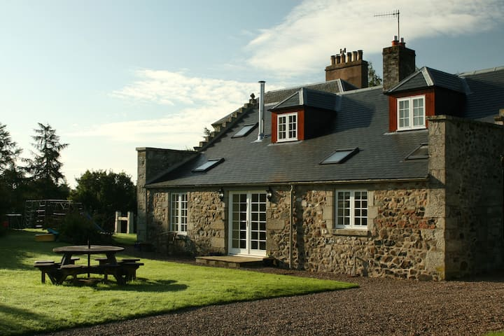 Sleeps 4/5, hot tub, WiFi, parking. - Scottish Borders