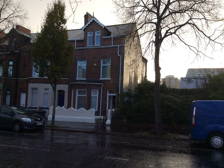 Large spacious house to let or rooms.