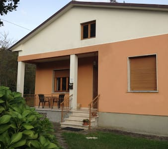 holiday house in Lucca - San Martino In Freddana-monsagr - บ้าน