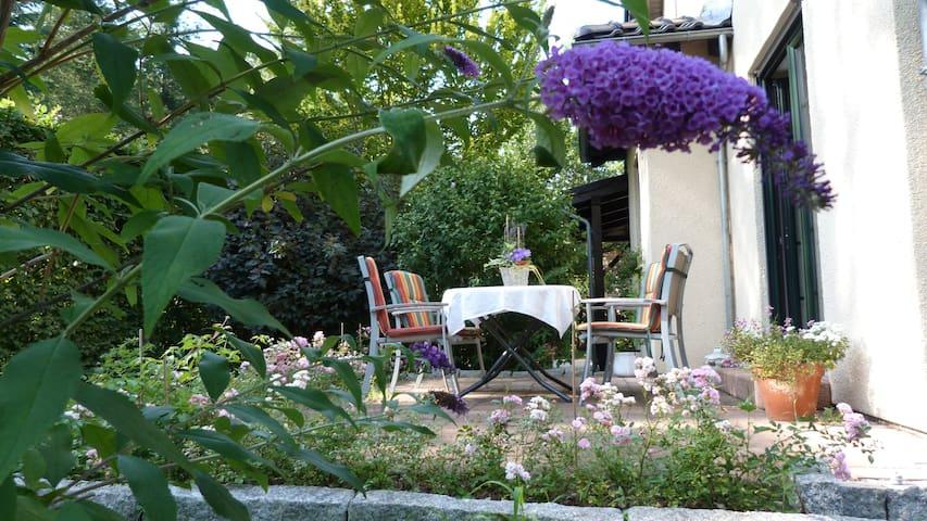 die Terrasse lädt zum Entspannen ein