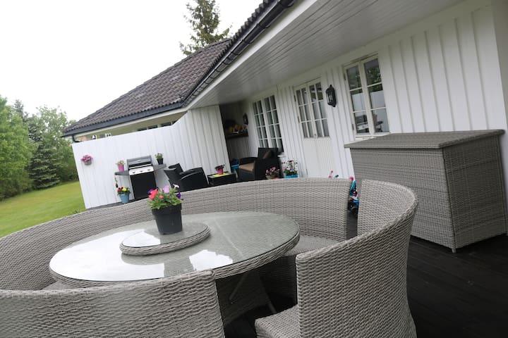 Enebolig med stor hage og veranda