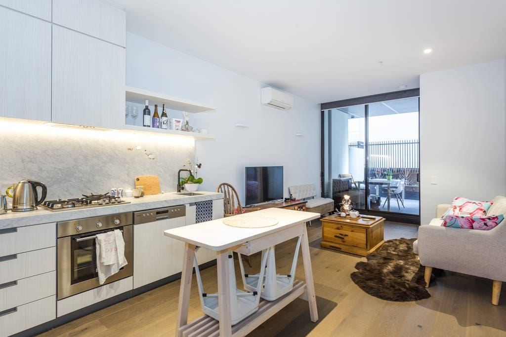 cosy astroboy arty home cbd vicmarket netflix spa. Black Bedroom Furniture Sets. Home Design Ideas