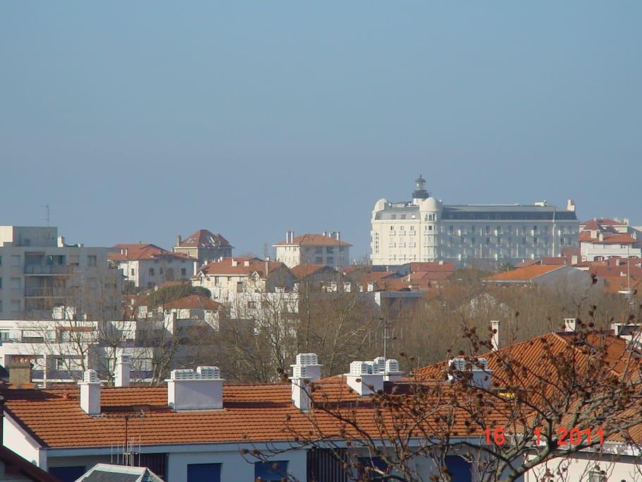 Vue au loin sur le fameux hotel Regina et le phare de Biarritz.