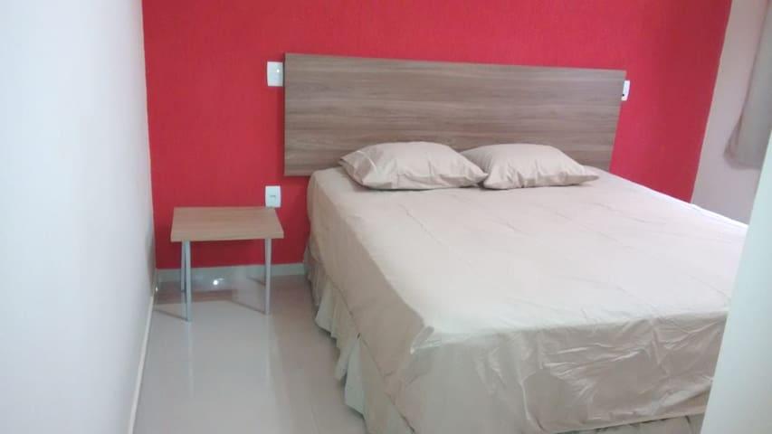 Quarto número 1 com suite, uma cama de casal Queen , 1 colchão avulso de solteiro e ar condicionado. Com 2 travesseiros com capas branca com zíper.