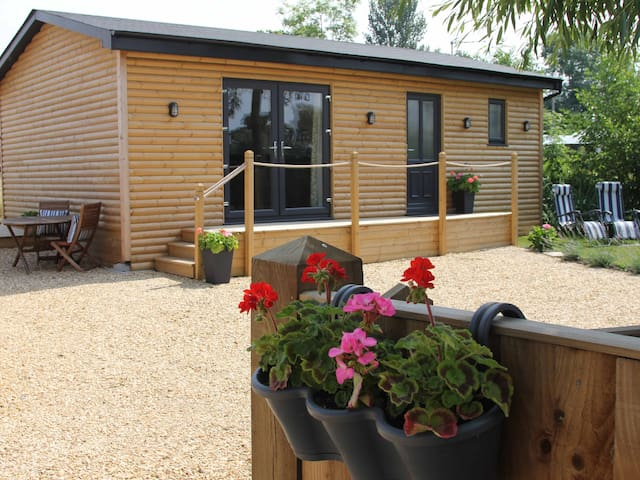 GREENWAYS LOG CABIN, romantic, with hot tub in Newent, Ref 954443