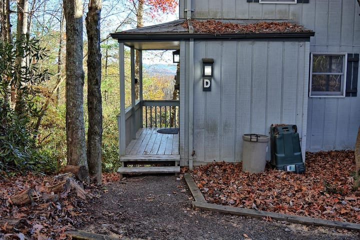 The Tree House-Affordable 2 BR Condo with WIFI & Arcade Game, Pets Considered with FEE, Portable AC Unit