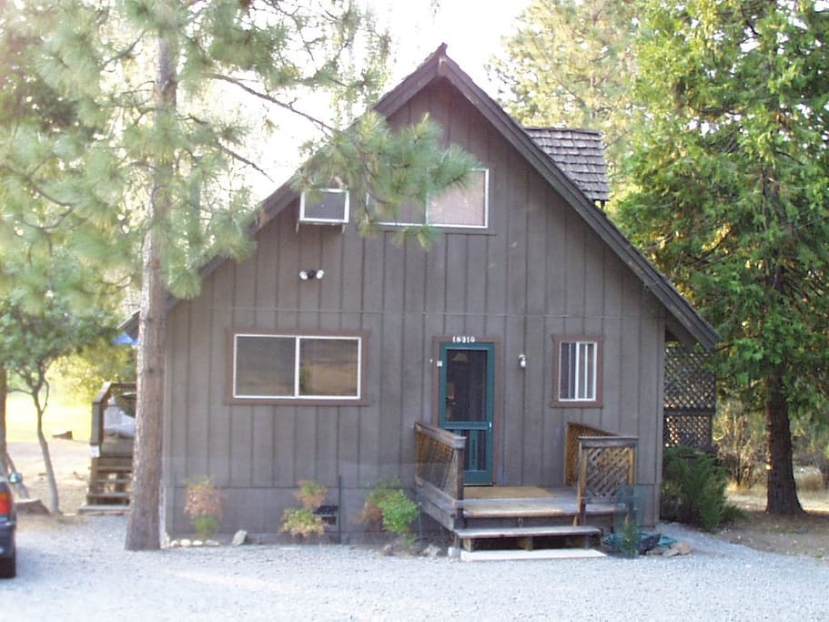 Cabin in the pines near yosemite cabins for rent in for Groveland ca cabin rentals