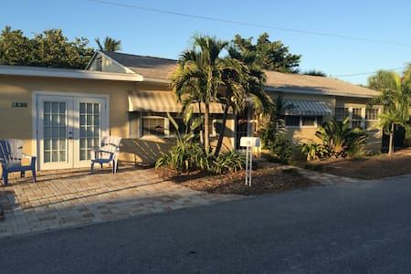 We would love to have you stay in our beach cottage, near the world famous Sunset Beach. Your room will be clean, comfortable, air conditioned, with a Queen Bed & TV. Near shopping and dining. 30 minutes from Busch Gardens.Parking included.Paradise!
