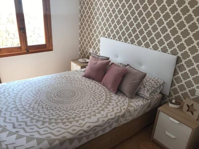 Cama doble y ventana, habitacion muy aireada/ Double bed and window, very airy room/Lit double et fenêtre, chambre très aérée