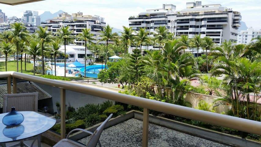 Ótima varanda pegando o sol da manhã, apartamento bem arejado e fresco.