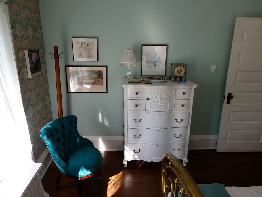 The Morris Room at the Captain's House B and B is light and airy