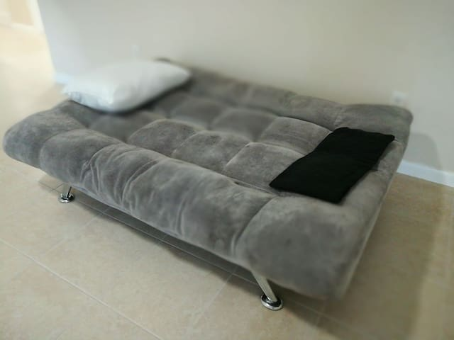 Cheap Futon 5 min from MIA B
