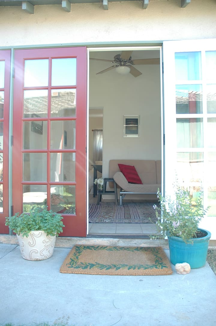 Burbank 1 BR Guest House with Separate Entrance