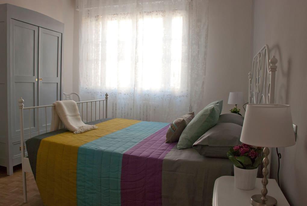 La stanza da letto è luminosa e dispone di un comodo armadio - The bedroom is very light and there's a large wardrobe