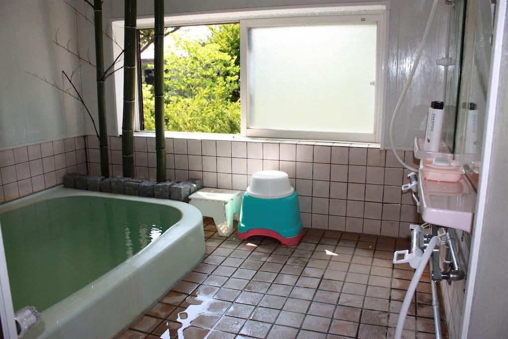 ―温泉無料提供― 我が民泊自慢の天然温泉掛け流し家族風呂、3人程度がゆっくり入浴可能、'精神的リラックス効能'