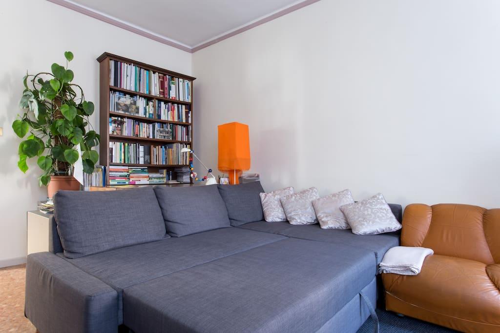 Divano letto matrimoniale con raccolta di libri su Venezia, la sua Laguna ed il Veneto