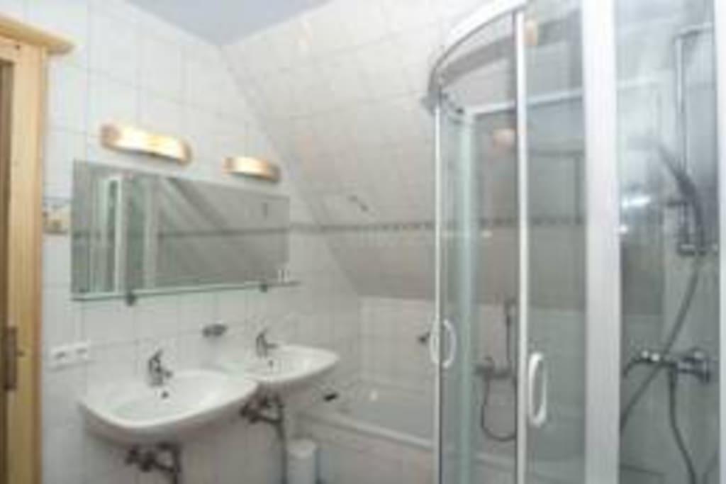 Unser schönes Badezimmer mit Wanne und Dusche